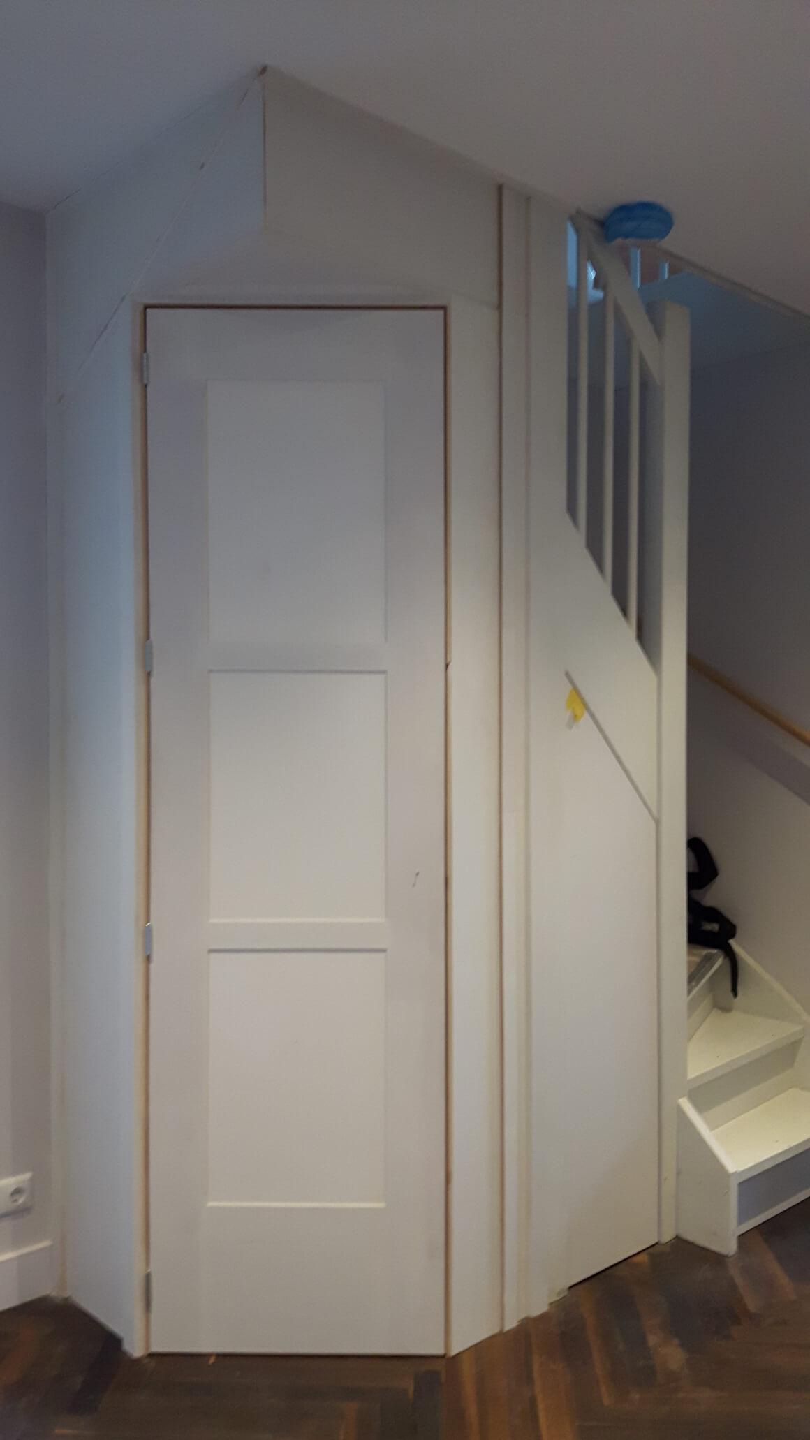 Trapkast onder schuinte, gesloten